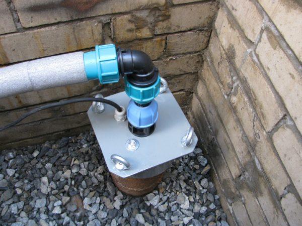 Чтобы в воду не попадали загрязнения, а насос работал максимально эффективно — на горловину нужно установить специальную конструкцию