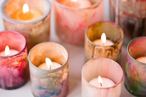 Чтобы воск от сгорающей свечи не испортил поверхности, нужно поместить ее в подсвечник