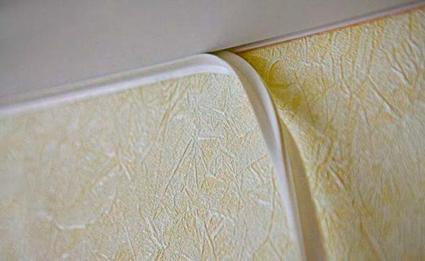 Декоративная лента просто закрывает стык стены и потолка и вставляется в паз профиля