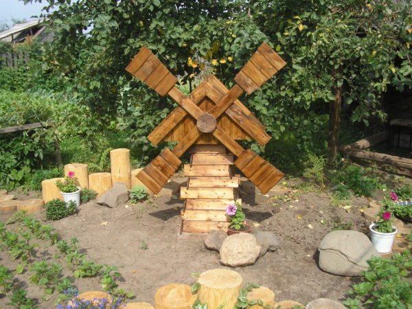 Декоративная мельница из дерева может стать отличным украшением для вашего загородного участка