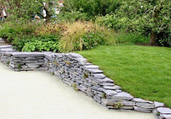 Декоративные подпорные стенки позволяют создавать оригинальные композиции ландшафтного дизайна.