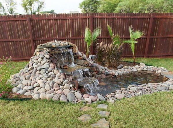 Декоративный фонтан позволит выгодно выделиться вашему участку на фоне соседских