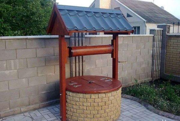 Декоративный колодец можно сделать из бетонного кольца