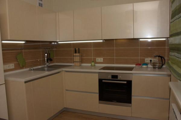 Демонстрируется дизайн маленькой кухни 6 кв м.