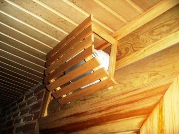 Деревянная решётка играет и защитную, и рассеивающую функции