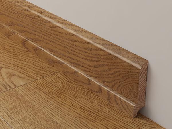 Деревянные плинтусы идеально сочетаются с обшивкой из натурального дерева