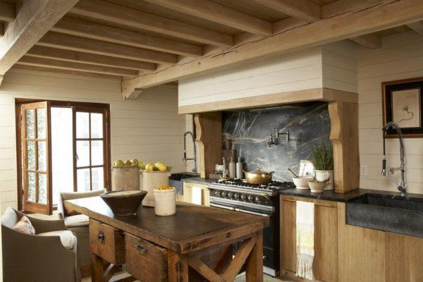 Деревянные потолочные балки хорошо вписываются в любое направление стиля кантри.
