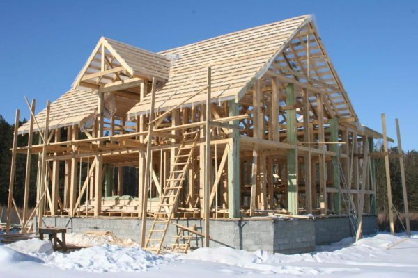 Деревянный каркасник в процессе строительства.