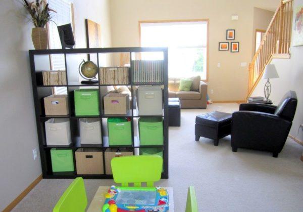 Детская часть комнаты, отгороженная стеллажом-перегородкой, хорошо просматривается родителями