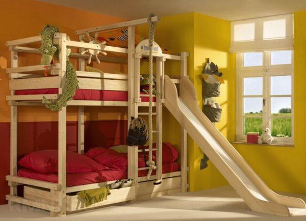 Детская двухъярусная кровать с горкой, несомненно, порадует детвору, но её непростая сборка может доставить слишком много проблем начинающему мастеру