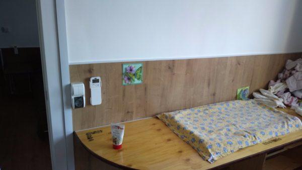 Детская комната. Стены оклеены ламинированной доской на высоту 1,2 метра. Покрытие защищает от брызг каши или фруктового пюре и от ударов игрушками. Дети есть дети...