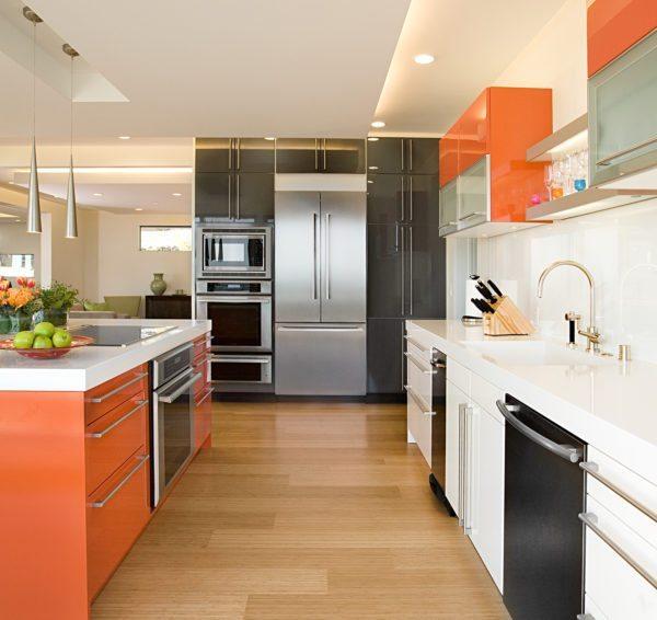 Дизайн кухни большой площади не отменяет правило рабочего треугольника: мойка, плита и холодильник — в рамках небольшого треугольника для удобства готовки.