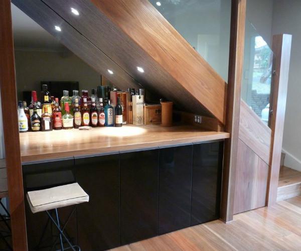 Дизайн кухни с лестницей и барной стойкой под ней – пример рационального использования каждого уголка пространства