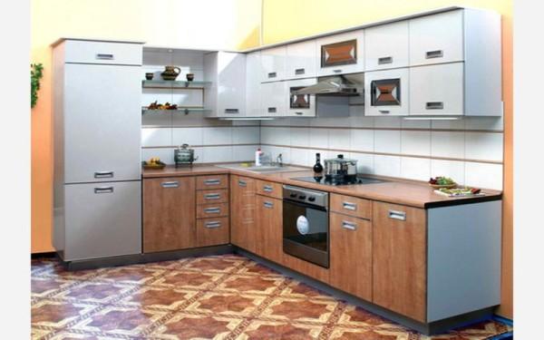 Дизайн маленькой кухни с холодильником в Г-образной форме