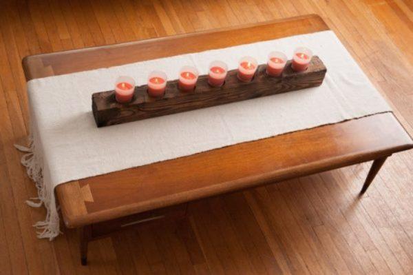 Длинный подсвечник станет украшением любого обеденного стола