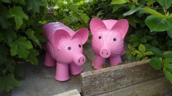 Для дачного участка свинок лучше делать уже из более объёмных пятилитровых бутылей, так они будут заметнее