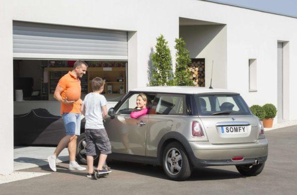 Для экономии места и более удобного использования гаража можно установить ворота рулонного типа