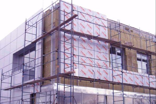 Для фасадных работ желательно использовать леса, позволяющие перемещаться вдоль всей отделываемой поверхности