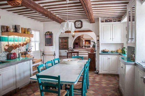 Для кухни актуально использование плитки терракотового цвета с грубоватой фактурой