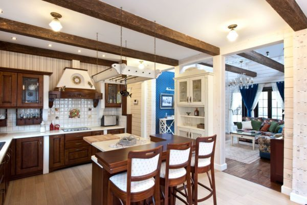 Для кухонного гарнитура выбирайте натуральные оттенки дерева или же окрашивание в природные тона