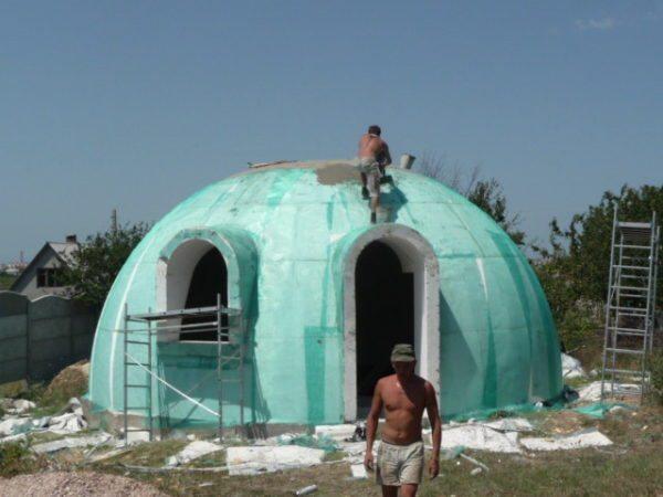 Для постройки пенопластового здания не потребуется наличие специальной техники, все его элементы легко переносятся и устанавливаются вручную