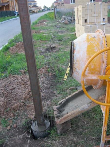 Для прочности можно вставлять в яму несколько прутьев арматуры