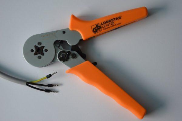 Для соединения нужно использовать специальный инструмент