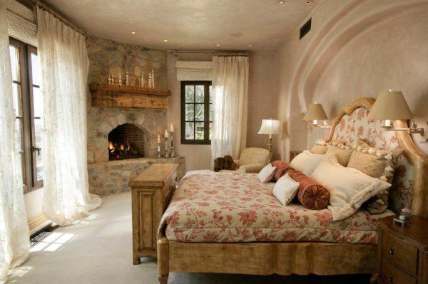 Для спален, окна которых выходят на юг, предусмотрите вариант светлых, но плотных рулонных штор