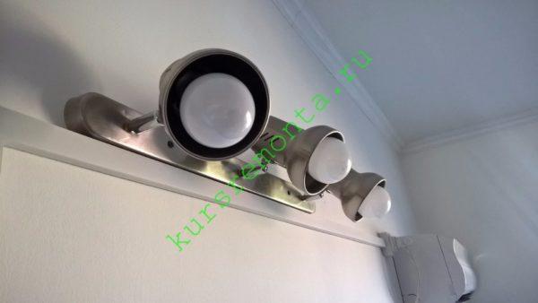 Для сравнения — светодиодные лампы с плоской платой и матовым рассеивателем светят в одной полусфере. Это удобно для спотового светильника, но неуместно для потолочной люстры со смотрящими вверх рожками.