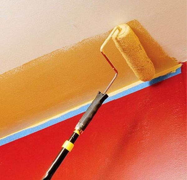 Для того чтобы не испачкать стены, по периметру можно наклеить малярную ленту