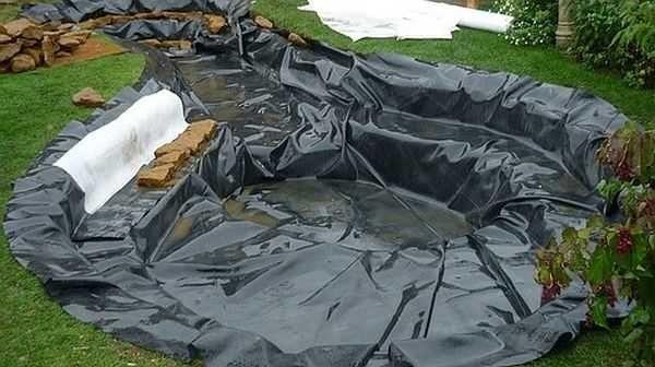 Для того чтобы сделать фонтан больших размеров, потребуются котлован, бетон и полиэтиленовая плёнка