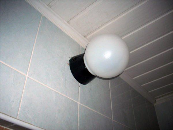 Для ванной стоит предпочесть светильник с корпусом из диэлектрического материала.