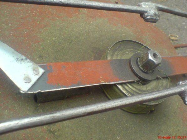 Для защиты вала и подшипника от мусора можно установить самую простую консервную банку
