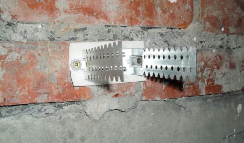 Для звукоизоляции под подвес можно ставить специальную ленту