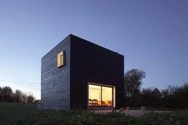 Дом-куб смотрится современно и оригинально