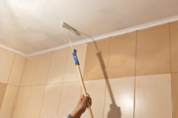 Достоинства штукатурной отделки — дешевизна и неизменная высота помещения. Подвесные и натяжные потолки сделают ванную ниже.