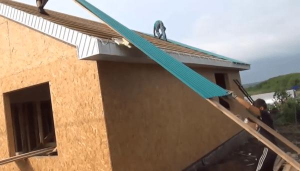 Две лаги значительно упростят процесс подъема профлиста на крышу