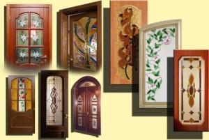 Дверь в кухню и кухонные шкафчики с витражом