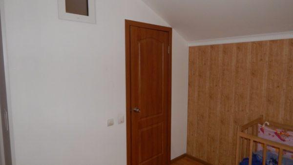 Дверь, ведущая в санузел. Рядом — световое окно, обеспечивающее освещение при отключениях света.