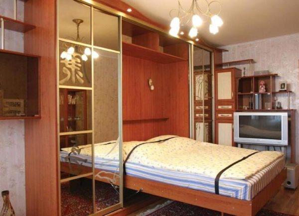 Двуспальная раскладная кровать для шкафа в восточном стиле.