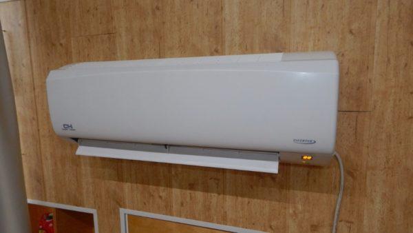 Единственный источник тепла в мансарде площадью 60 квадратов — инверторный кондиционер.