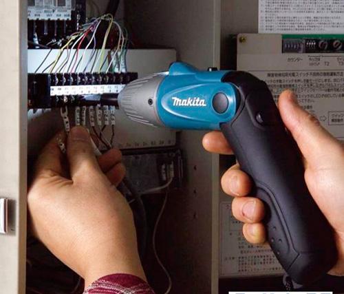 Электрики очень эффективно используют аккумуляторные отвертки в своей профессиональной деятельности