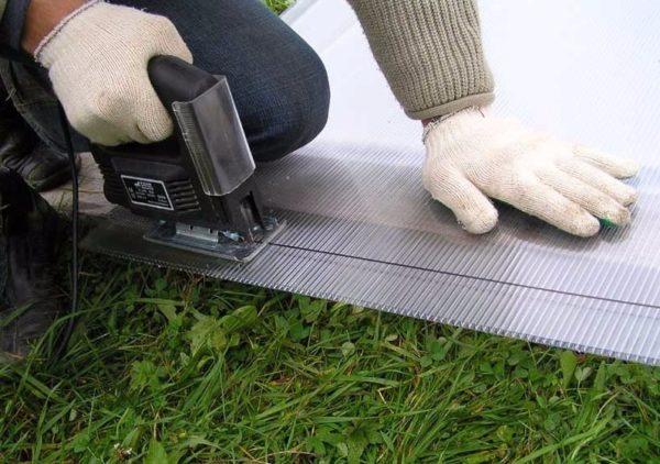 Электролобзик позволяет резать лист перпендикулярно сотам.