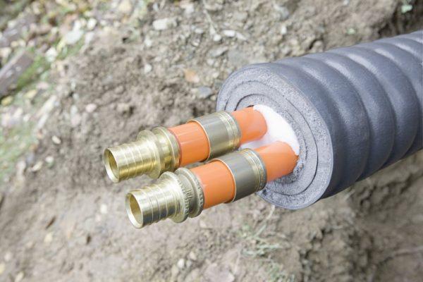 Если использовать подходящую теплоизоляцию, то прокладывать трубы можно даже на поверхности!