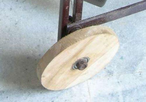 Если подходящей пары-тройки колёс в вашем хозяйстве нет, то их можно сделать из дерева и подшипников самостоятельно, как это показано на фото