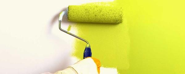 Если покрасить стену в цвет жидких обоев, то конечный результат будет намного привлекательнее