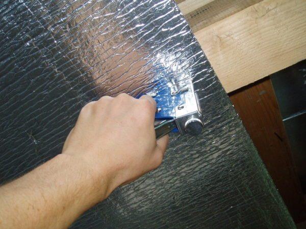 Если поверх утеплителя крепится Пенофол, то его лучше всего фиксировать строительным степлером
