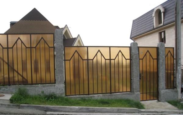 Если сделать оригинальные рамы и прикрепить к ним поликарбонат, то вы получите очень стильный забор