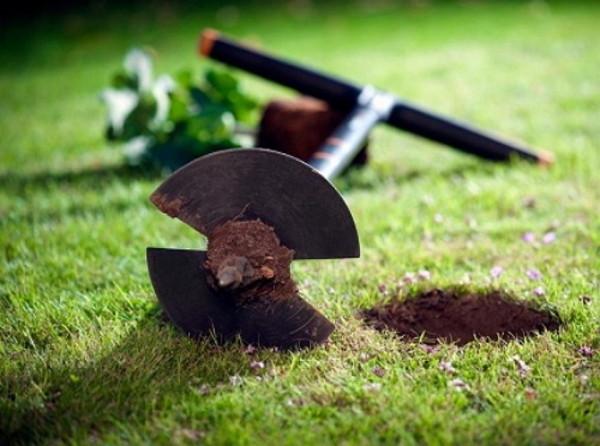 Если у вас есть бур, то вместо лопаты можно использовать его