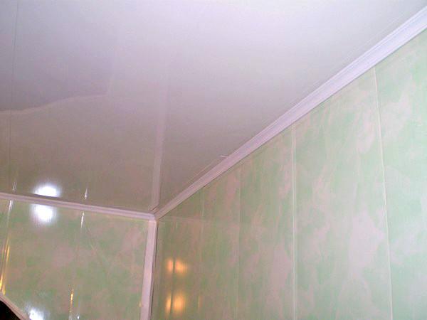 Если все сделано аккуратно, то ванная комната из пластиковых панелей смотрится очень хорошо